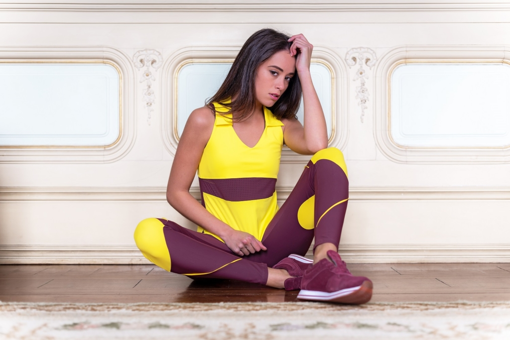 TOP Y LEGGING AWEN BURDEOS SENTADA FONDO PARED 1024x683 Moda athleisure: looks deportivos que puedes llevar en tu día a día